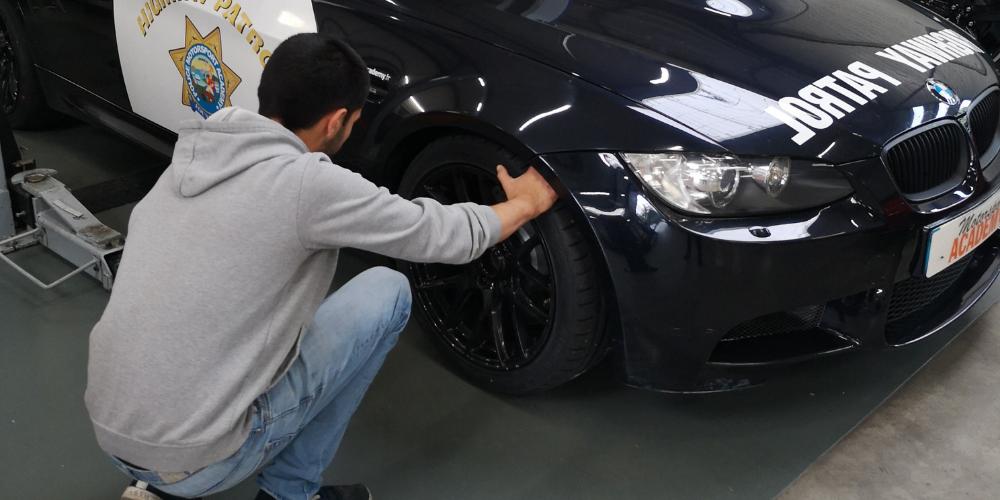 mécanicien changeant un pneu