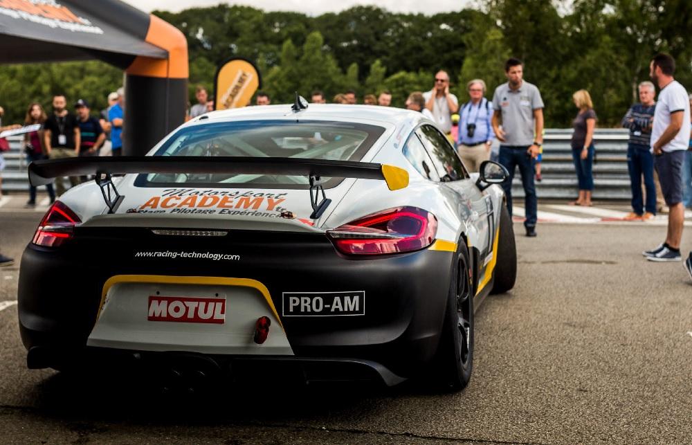 Porsche Cayaman GT4 CS sur Circuit