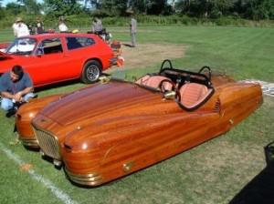 Une voiture avec la carosserie en bois